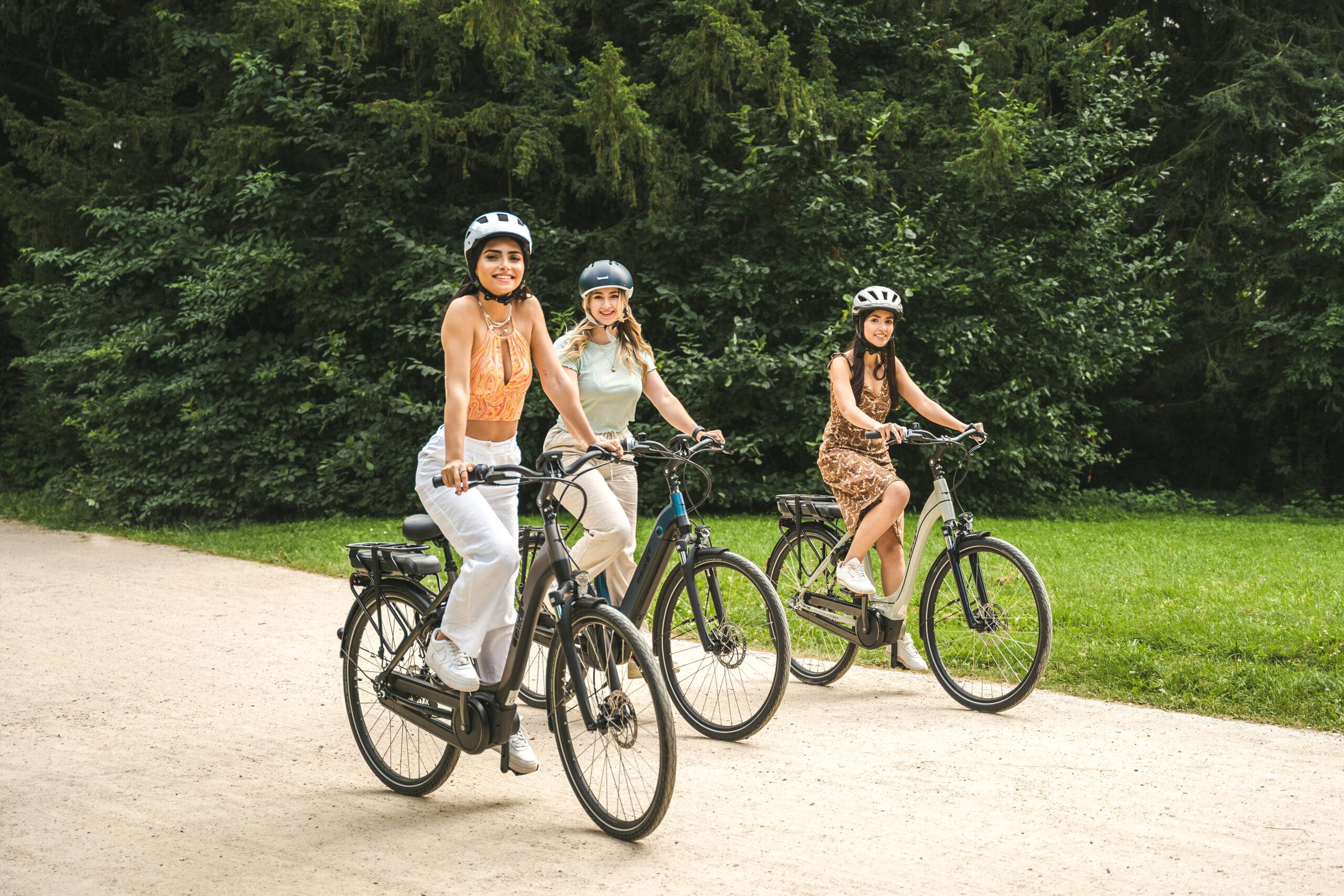 3 damen fahren auf comfort ebikes